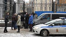 Журналисты у здания Следственного комитета РФ. Архивное фото