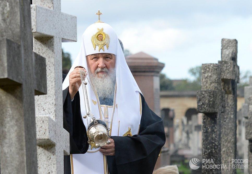 Патриарх Московский и всея Руси Кирилл освящает новое надгробие на месте захоронения митрополита Сурожского Антония на Бромптонском кладбище в Лондоне