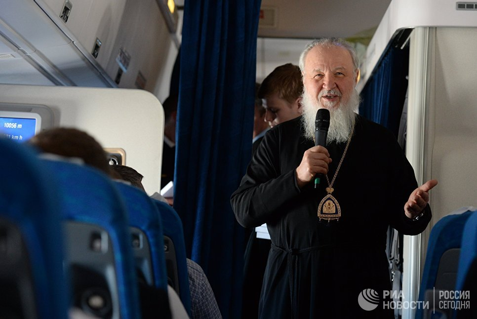 Патриарх Московский и всея Руси Кирилл в салоне самолета во время перелета из Бразилии в Россию