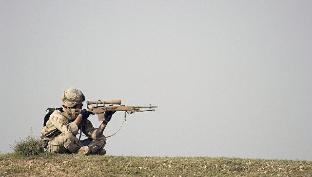 Военнослужащий с винтовкой M14. Архивное фото