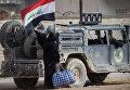 Военный автомобиль иракского спецназа во время операции против ИГ недалеко от Мосула