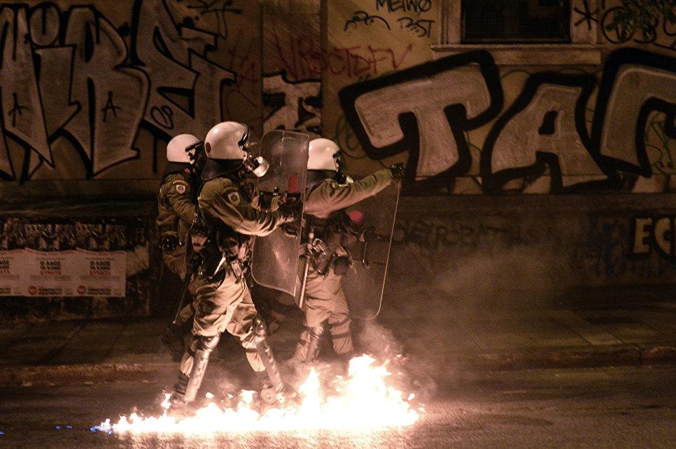 Сотрудники ОМОНа во время столкновений с демонстрантами, протестующих против визита президента США в Афинах, Греция. 15 ноября 2016
