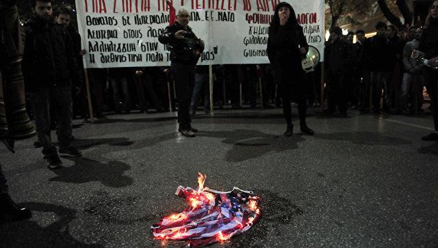 Демонстранты сжигают флаг США. Архивное
