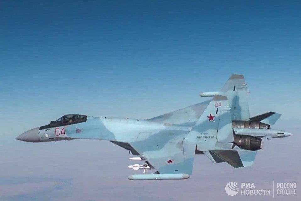 Самолет Су-30 ВКС РФ во время нанесения авиаудара по объектам террористов в Сирии. 17 ноября 2016