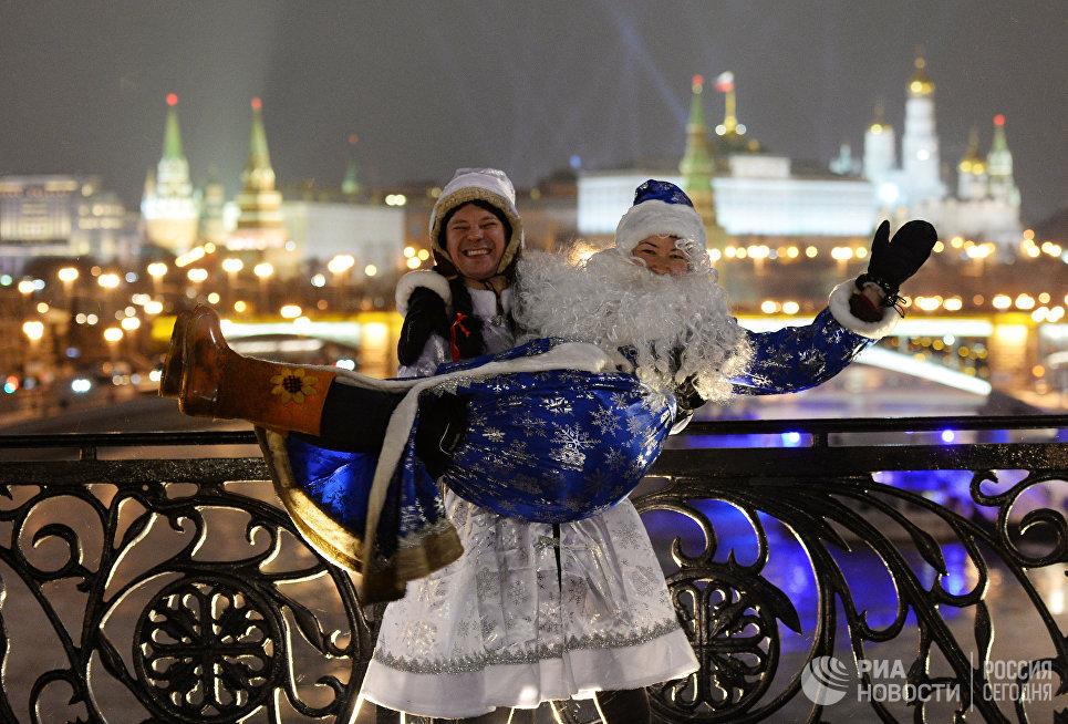 Жители Москвы во время празднования Нового года на Патриаршем мосту
