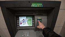 Клиент у банкомата. Архивное фото