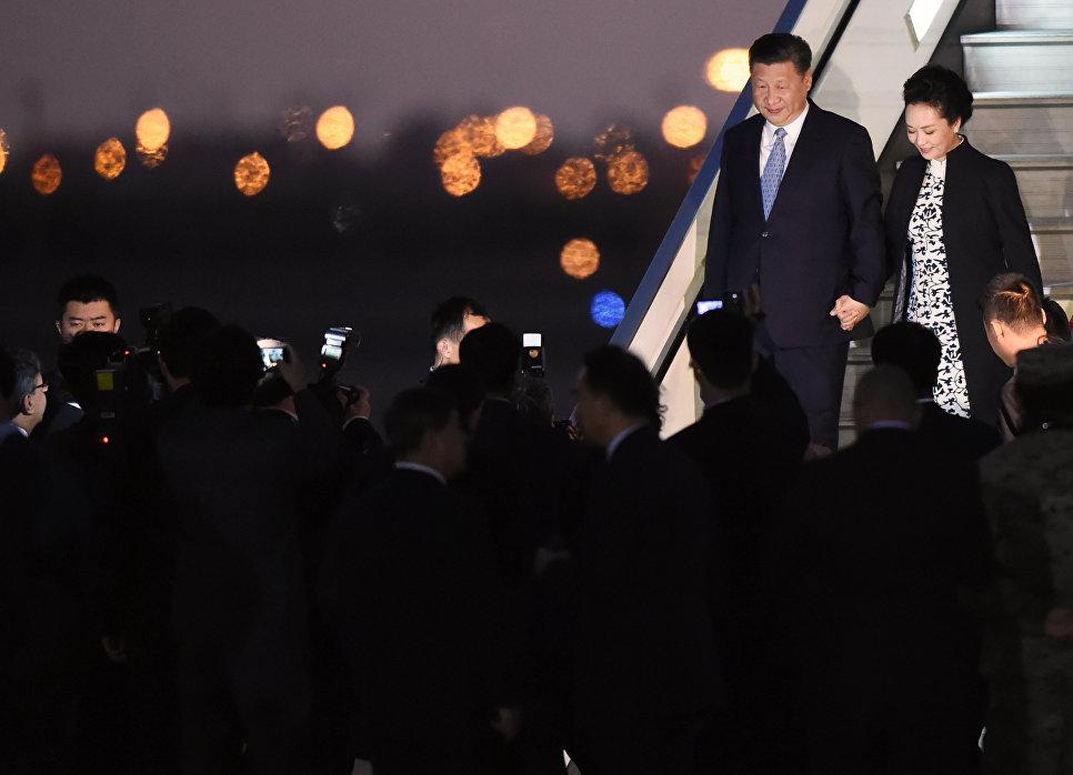 Президент Китая Си Цзиньпин с супругой в аэропорту города Лима