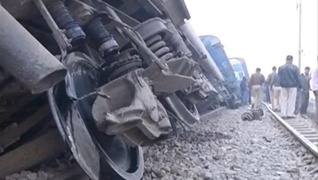 ВИндии число жертв при сходе поезда срельсов возросло до 120