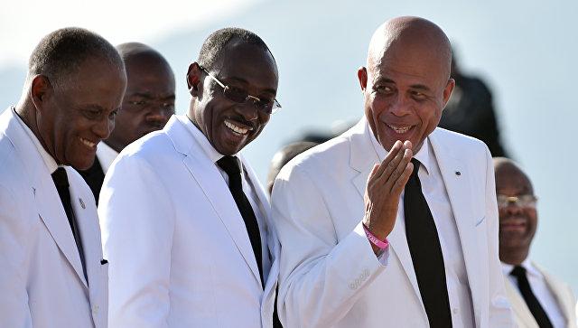 Премьер Гаити Эванс Поль (в центре) с президентом страны (справа). Архивное фото