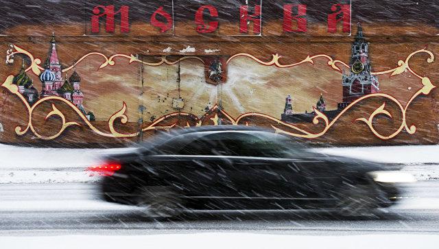 Автомобиль во время снегопада в Москве. Архивное фото