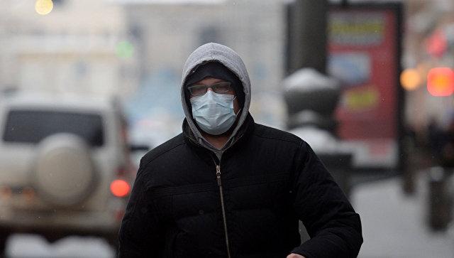 Человек в защитной маске. Архивное фото