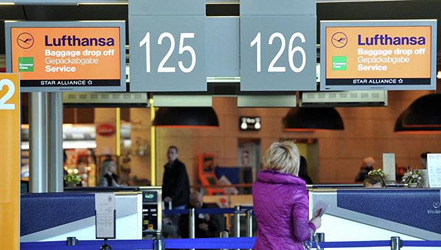 Пассажирка стоит у стойки регистрации. Архивное фото