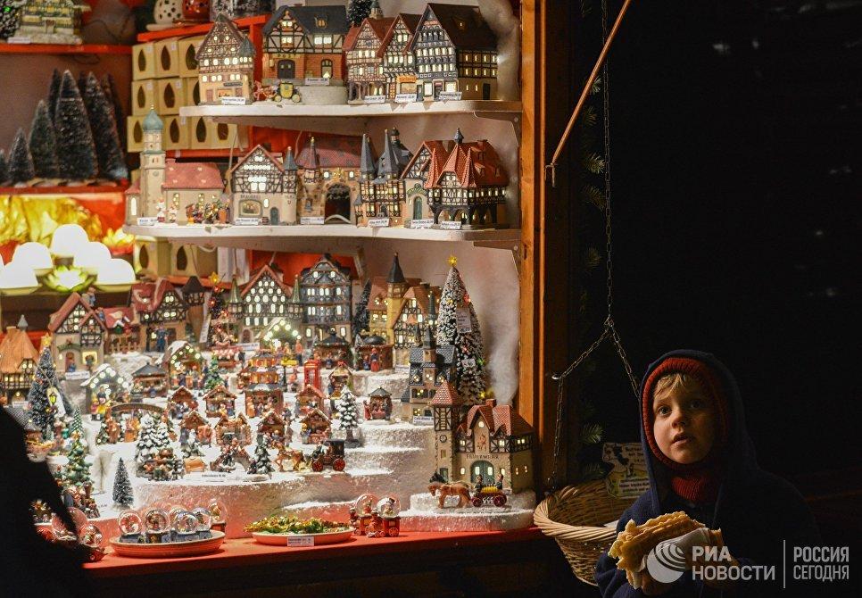 Ребенок во время открытия старейшей Рождественской ярмарки Штрицельмаркт в Дрездене