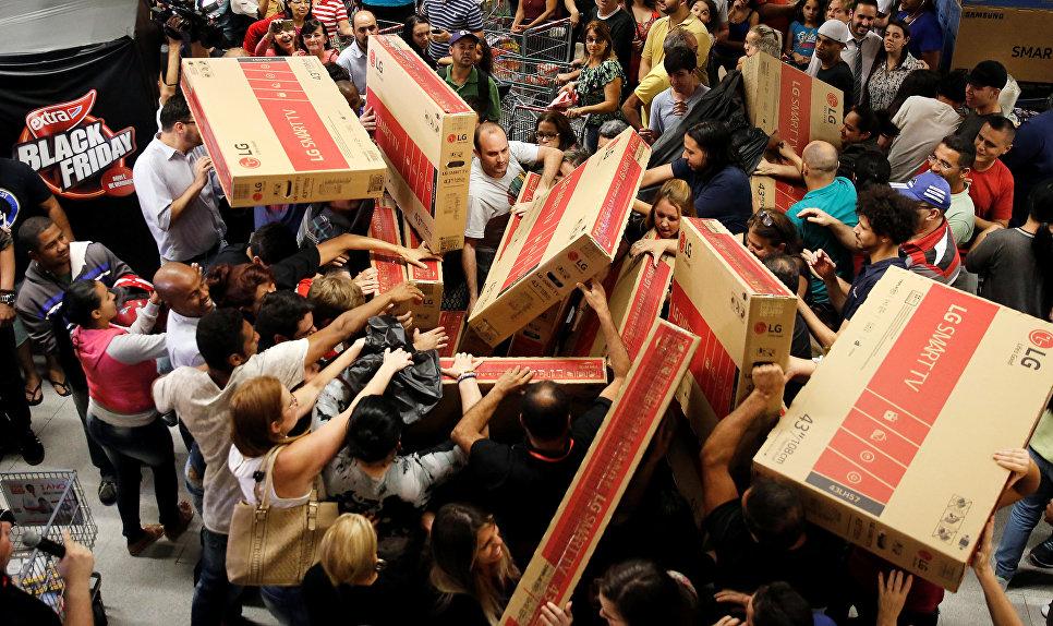 Покупка телевизоров во время распродажи в Черную Пятницу в Сан-Паулу, Бразилия