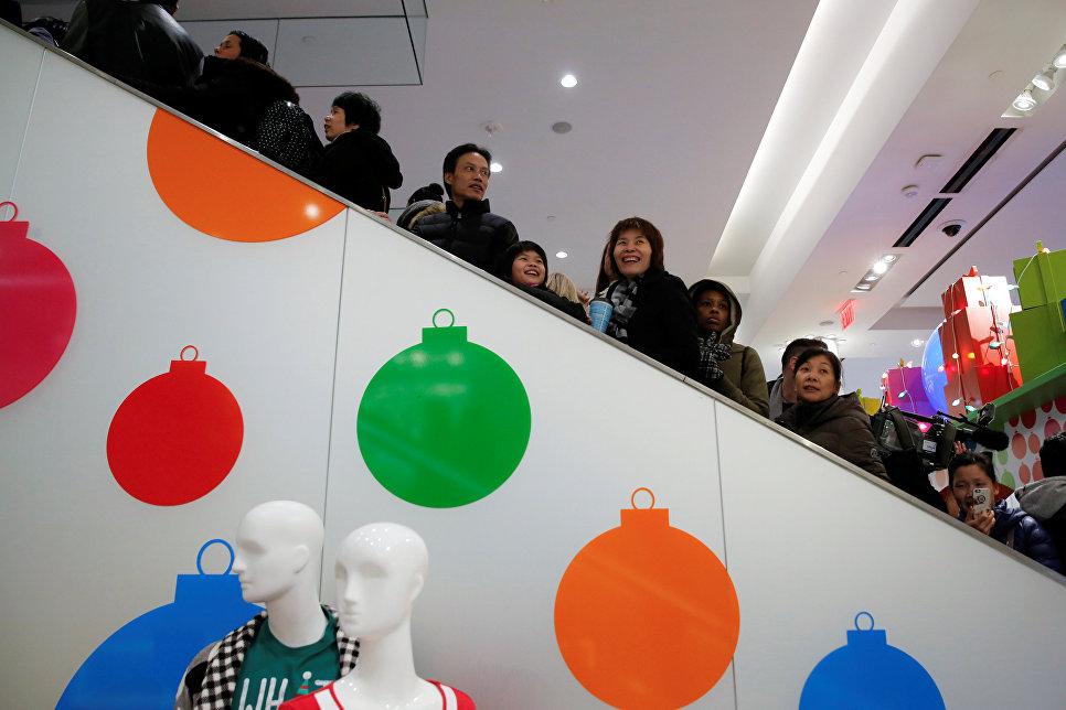 Покупатели на эскалаторе во время распродажи в Черную пятницу в Нью-Йорке, США