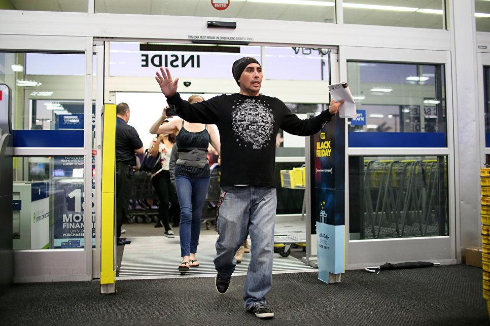 Покупатели входят в магазин во время распродажи в Черную пятницу в Сан-Диего, штат Калифорния, США