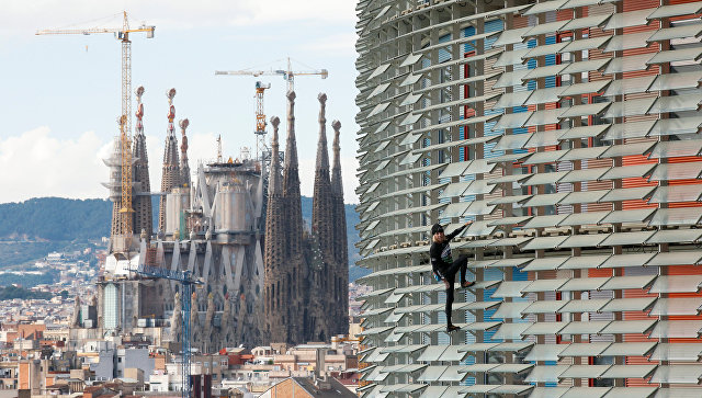 Человек-паук покорил небоскреб Барселоны без страховки