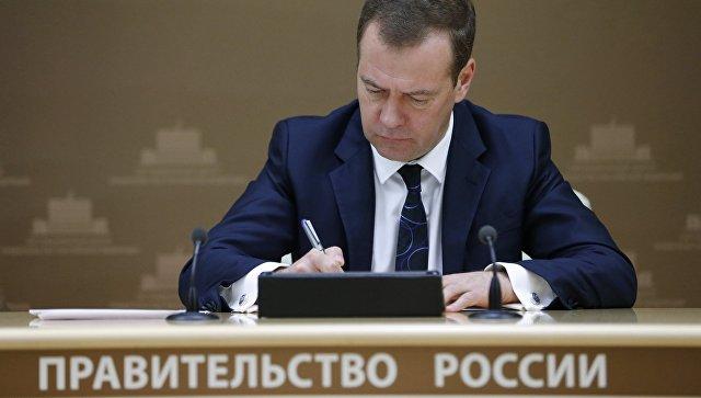 Медведев назвал сумму задержанных в РФ зарплат