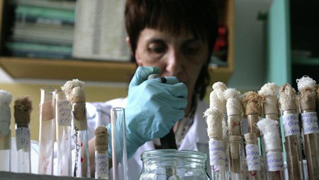 Лаборант во время работы в лаборатории. Архивное фото