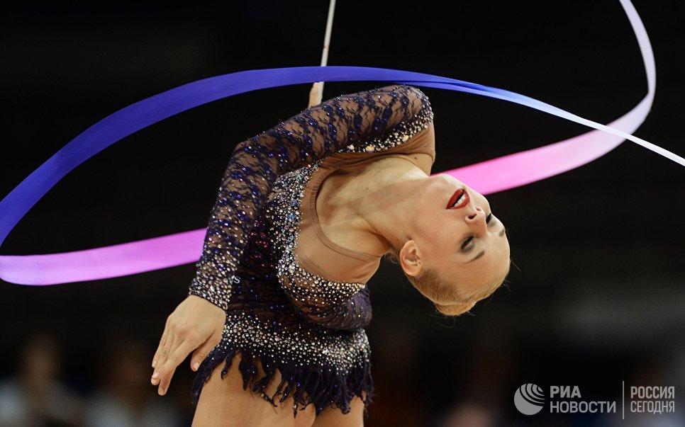 Яна Кудрявцева выполняет упражнения с лентой в квалификационных соревнованиях на чемпионате мира по художественной гимнастике в немецком Штутгарте
