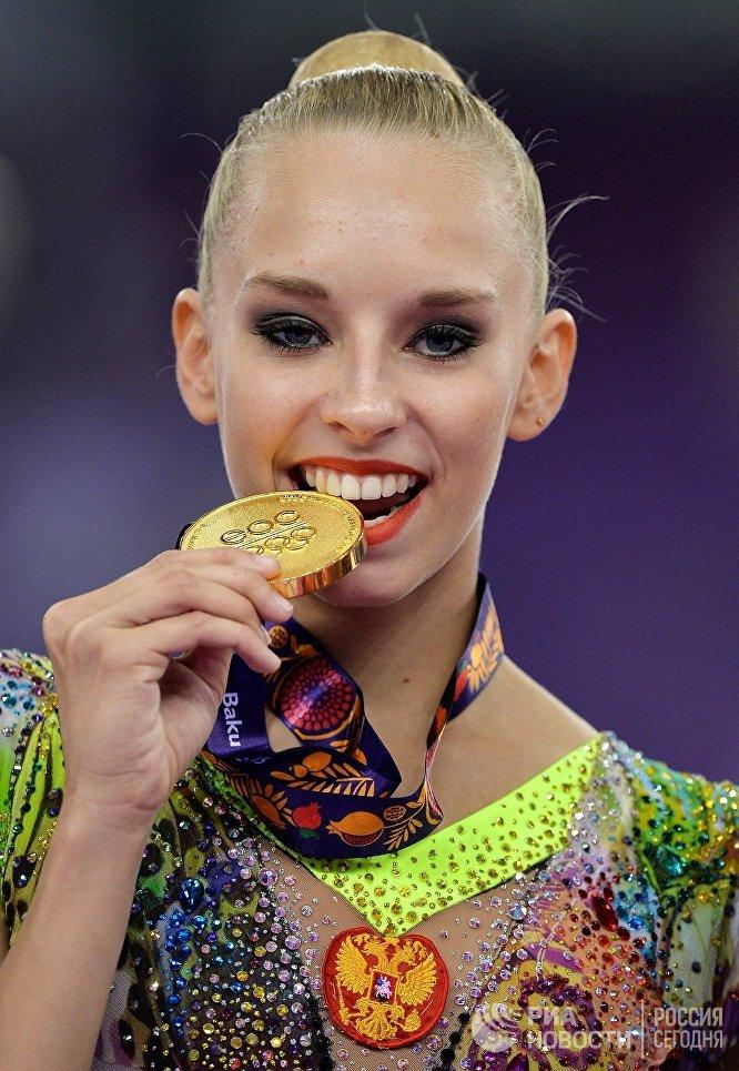 Яна Кудрявцева, завоевавшая золотую медаль на соревнованиях по художественной гимнастике в женском индивидуальном многоборье на I Европейских играх в Баку, на церемонии награждения