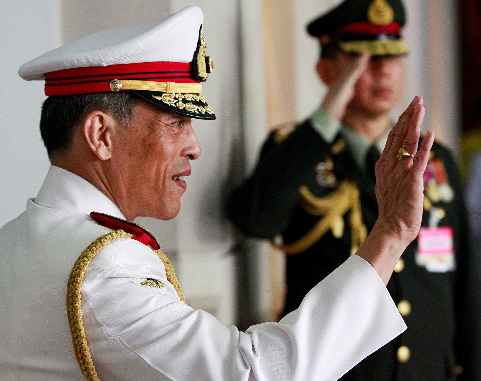 Принц Таиланда Маха Вачиралонгкорн во время годовщины коронации Пхумипона Адульядета в Бангкоке, Таиланд