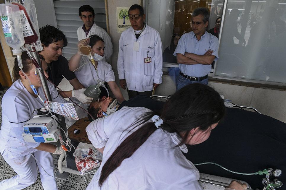 Врачи оказывают помощь бразильскому футболисту Элиу Нету, выжившему в авиакатастрофе в Колумбии