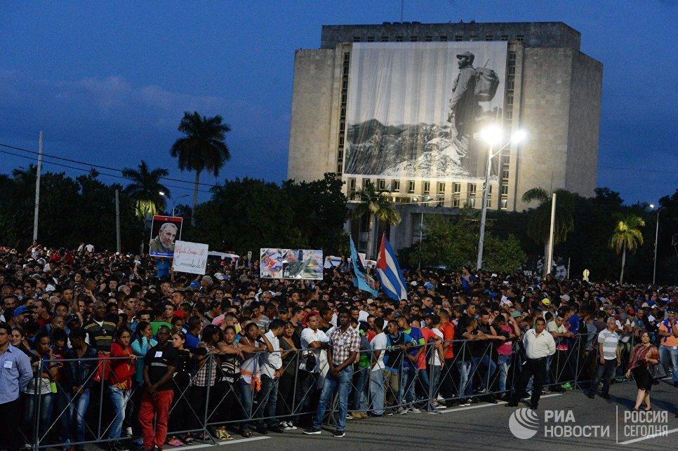 Кубинцы во время митинга в память об ушедшем из жизни лидером кубинской революции Фиделе Кастро на площади Революции в Гаване
