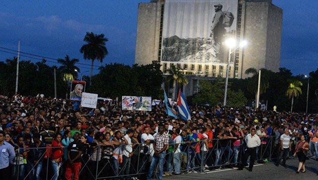 Тысячи людей рыдали  ипели гимн, провожая кортеж спрахом Кастро