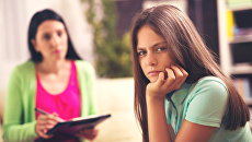 Профессиональный психолог работает с девочкой-подростком