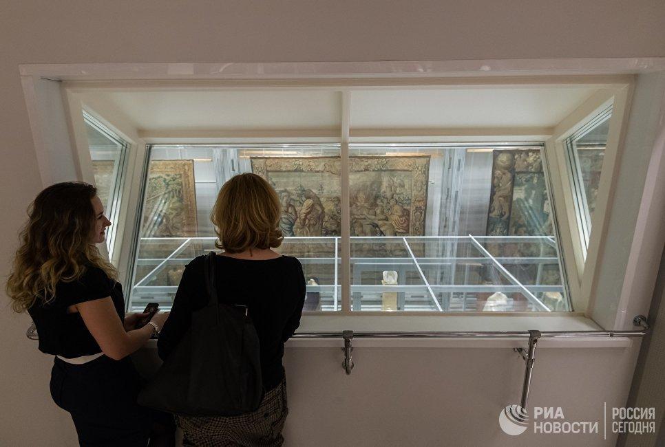Посетители в реставрационно-хранительском центре Государственного Эрмитажа Старая Деревня в Санкт-Петербурге