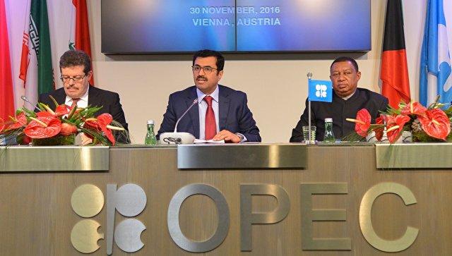 Председатель конференции ОПЕК, министр энергетики Катара Мухаммед бен Салех ас-Сада (в центре) на пресс-конференции по итогам заседания ОПЕК в Вене. 30 ноября 2016