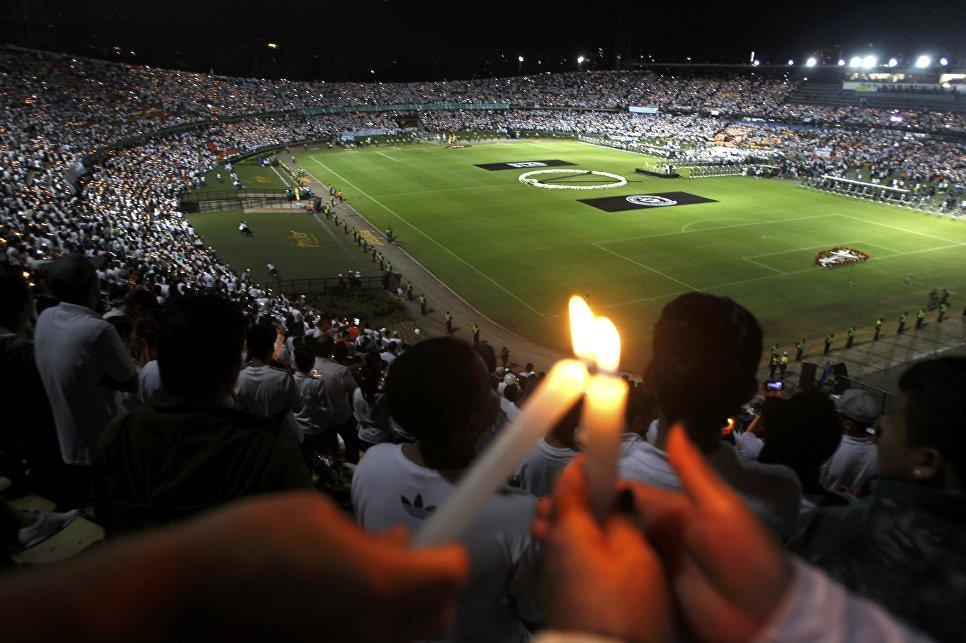 Церемония в память о погибшей в авиакатастрофе бразильской футбольной команде Шапекоэнсе на стадионе в городе Медельин, Колумбия