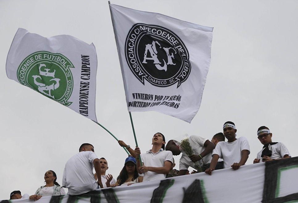 Болельщики клуба Атлетико Насьональ во время церемонии в память о погибшей в авиакатастрофе бразильской футбольной команде Шапекоэнсе в Колумбии