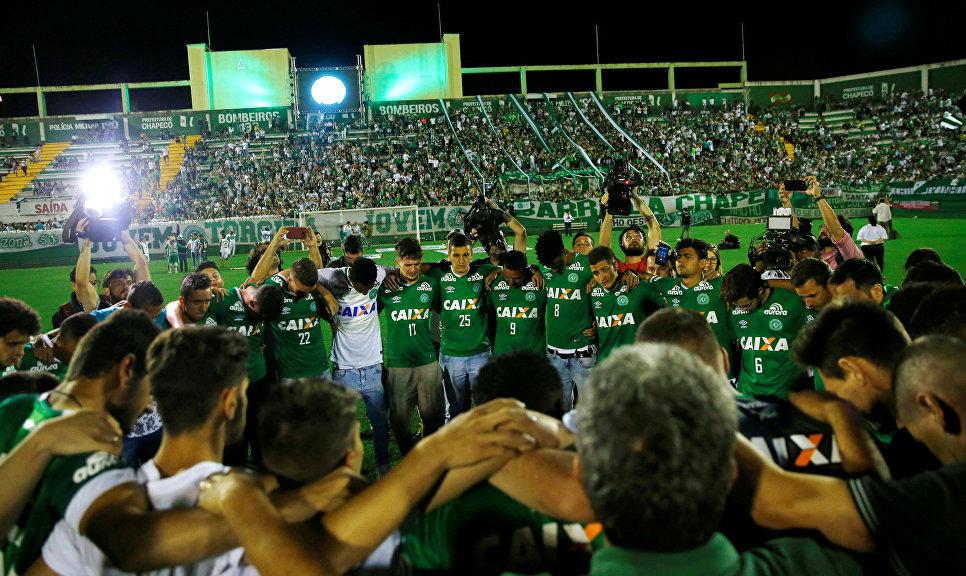 Игроки футбольной команды Шапекоэнсе, которые не выезжали из Колумбии и родственники погибших на стадионе Арена Конда, Шапеко