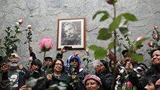 Люди с портретом Фиделя Кастро. Архивное фото