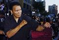 Боксер Мохаммед Али бросает удар для фотографов. Лос-Анджелес, 2 августа 2004