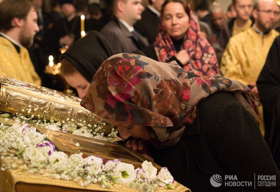 Прихожане во время утрени всенощного бдения в парижском храме Трех святителей, проходящей в рамках визита Патриарха Московского и всея Руси Кирилла во Францию