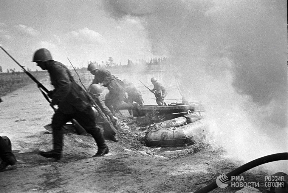 Советские солдаты форсируют водный рубеж. Северо-Западный фронт.