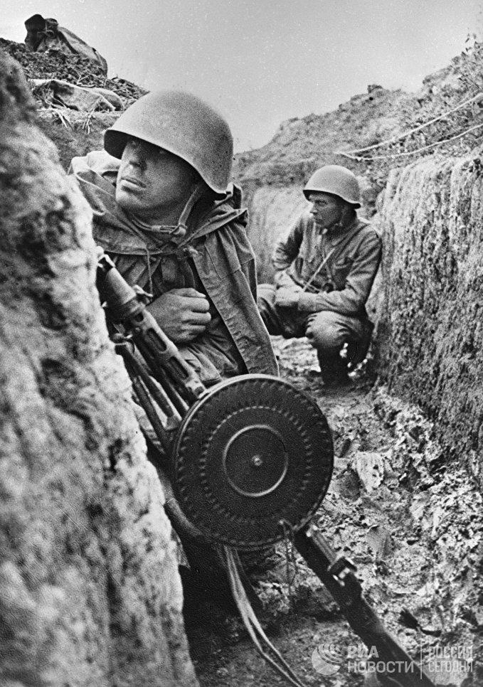Советские воины 115-й дивизии генерал-майора Конькова Василия Фомича, готовятся к бою на левом берегу Невы, захваченном дивизией. Ленинградский фронт.