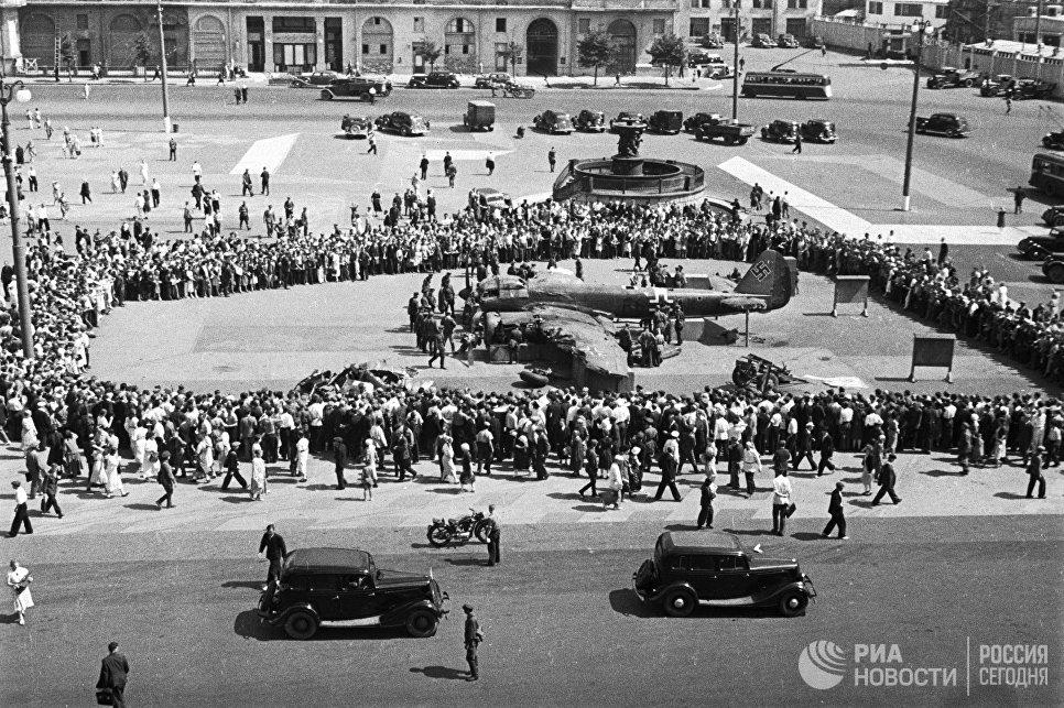 """Немецкий самолет """"Ju 88"""" был сбит 25 июля 1941 советскими летчиками 3-го истребительного авиакорпуса в районе Истры и совершил вынужденную посадку. Через пять дней этот самолёт установили на площади Свердлова для всеобщего обозрения."""