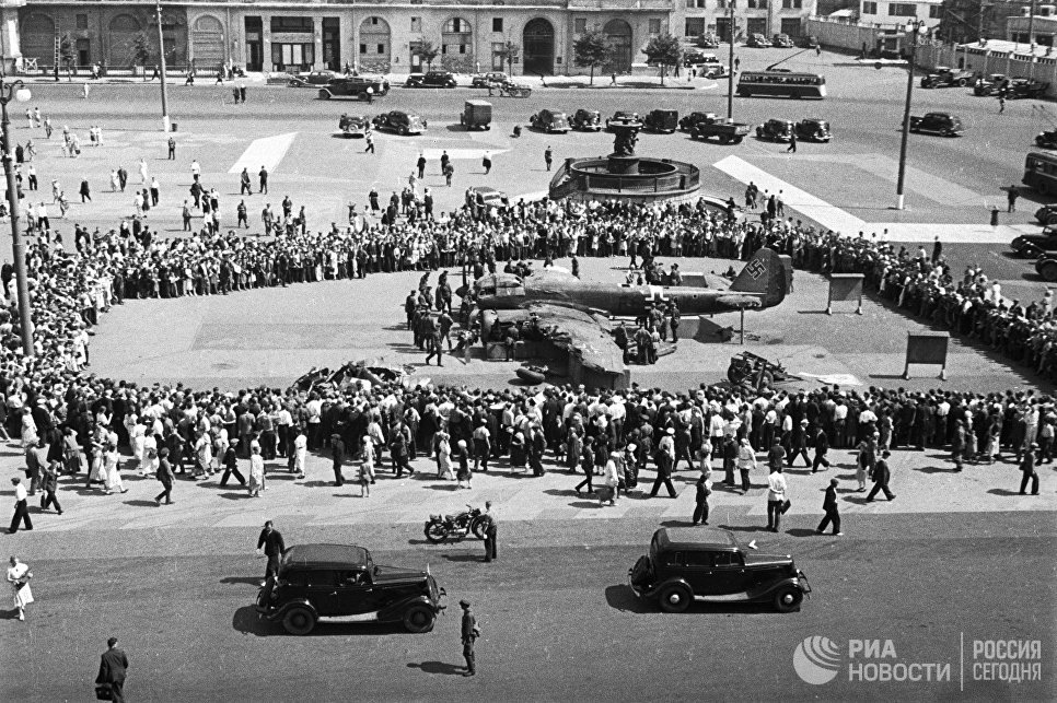 Сбитый немецкий самолёт на площади Свердлова
