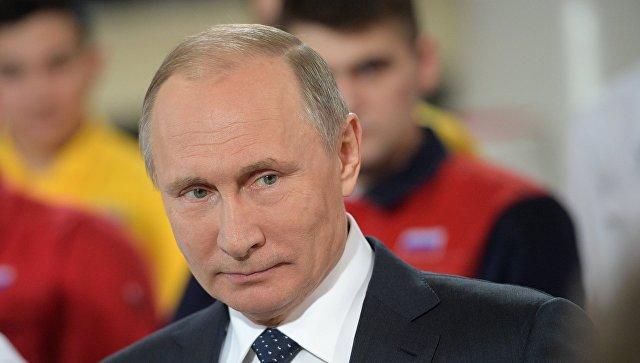 Владимир Путин во время общения с рабочими цеха ЭТЕРНО ПАО Челябинский трубопрокатный завод. 5 декабря 2016