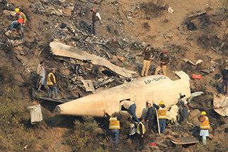 Спасатели на месте крушения самолета авиакомпании PIA недалеко от Абботтабада, Пакистан