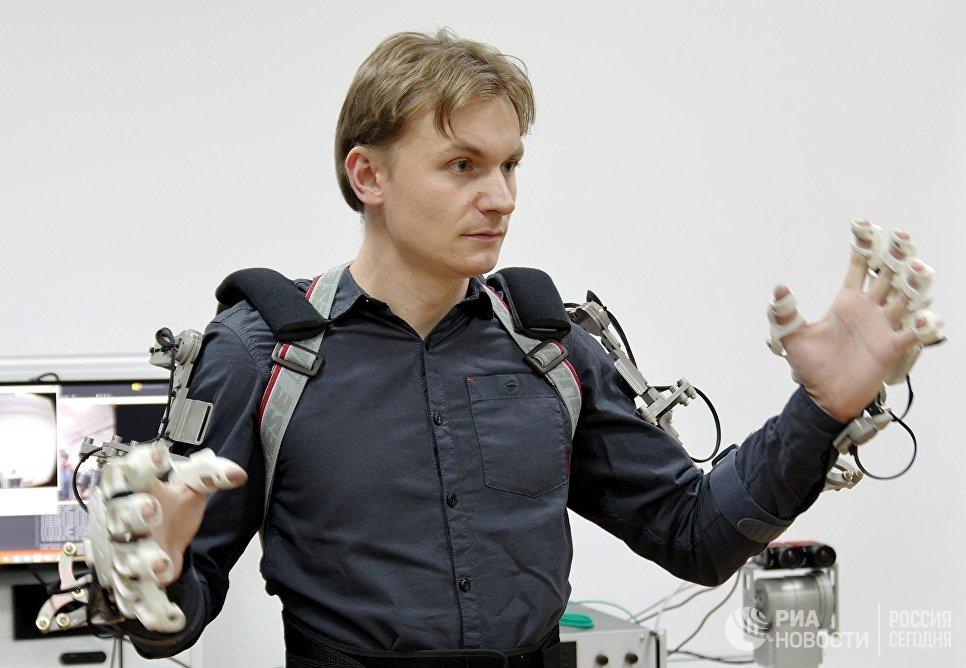 Оператор антропоморфного робота Федор проекта Спасатель во время испытаний в лаборатории на базе НПО Андроидная техника в Магнитогорске