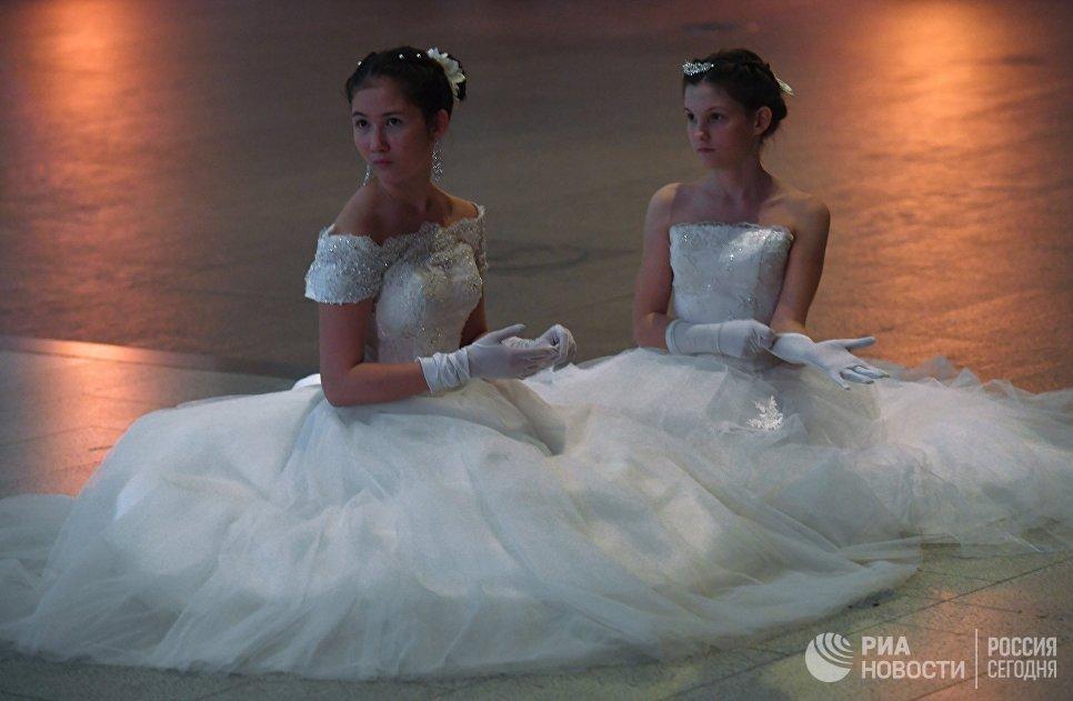 Участницы Международного Кремлевского кадетского бала в Гостином дворе в Москве