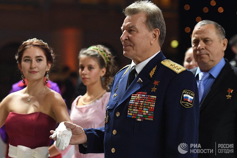 Генерал-полковник, герой Советского Союза, заслуженный военный лётчик РФ Николай Антошкин на Международном Кремлевском кадетском балу в Гостином дворе в Москве