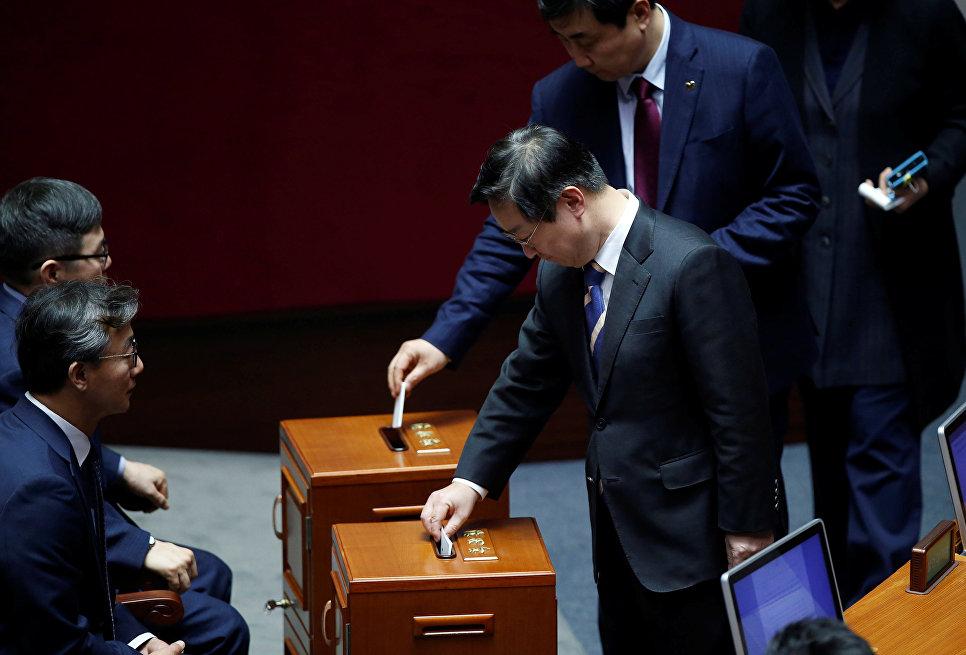 Депутаты Нацсобрания во время голосования по вопросу импичмента президенту Пак Кын Хе