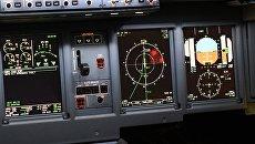 Приборы в кабине пилота полнопилотажного тренажера. Архивное фото