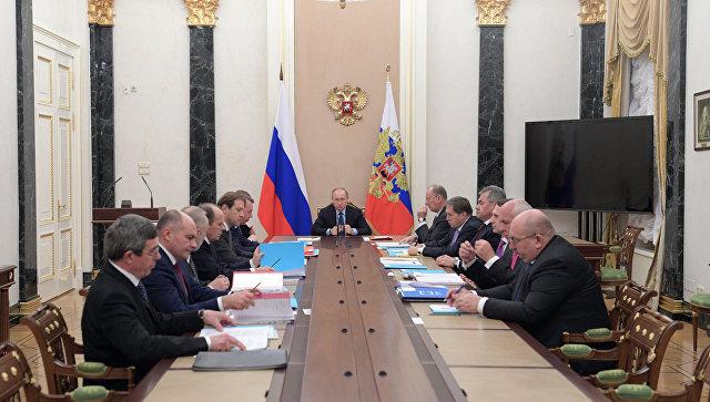 Владимир Путин во время заседания Комиссии по вопросам военно-технического сотрудничества России с иностранными государствами. 12 декабря 2016